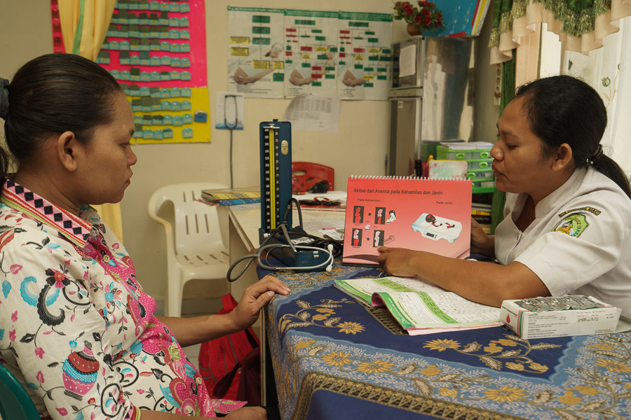 Midwife Rosina Susianawati provdes anaemia counselling to a pregnant woman in Indonesia